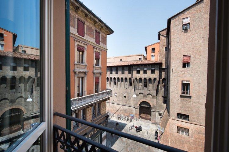 Blick auf die stadt  art hotel orologio bologna
